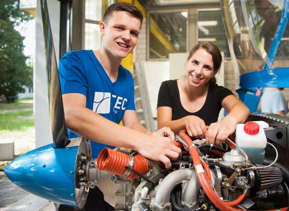 Studenten bauen Motorflugzeug