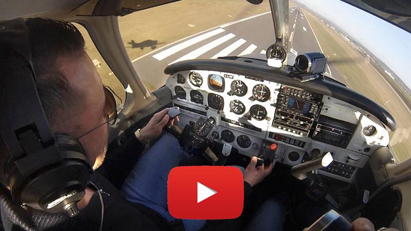 Im Motorflugzeug-Cockpit