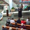 Segelflugzeug zu Besuch – in der Kirche