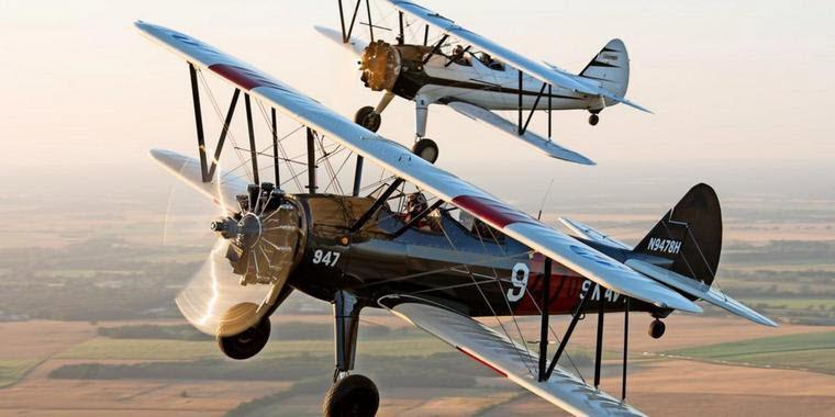 Historische Flugzeuge am Himmel über Bienenfarm