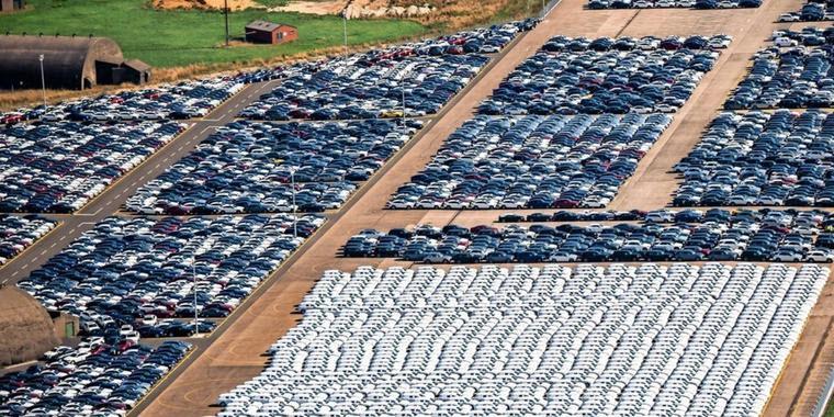 Tausende Mercedes auf dem Flugplatz