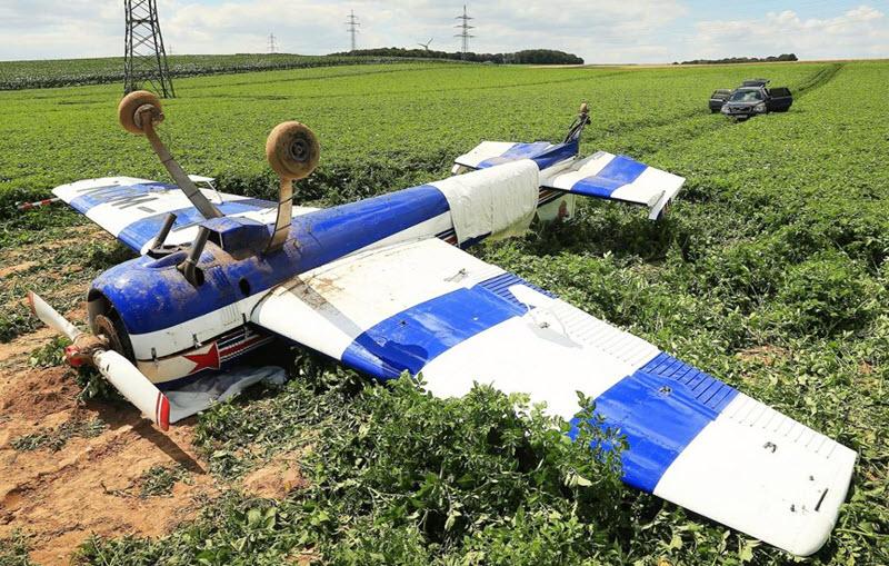 Kleinflugzeug überschlägt sich und macht Bruchlandung
