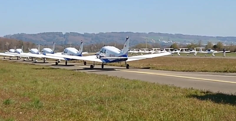 20 Flieger in Formation auf dem Rollfeld