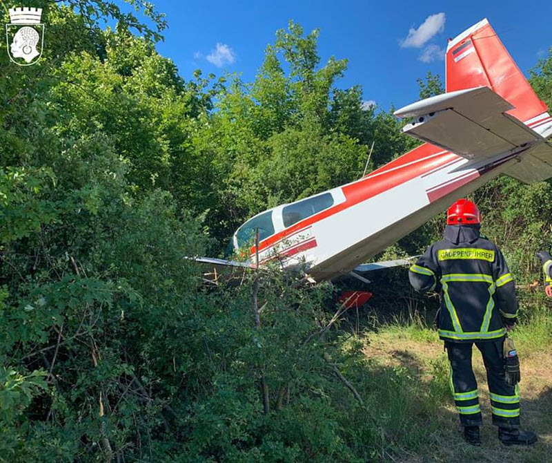 Flugzeug durchbricht Zaun
