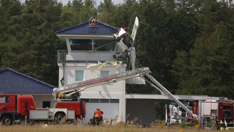 Sportflugzeug fliegt in Lotsenturm