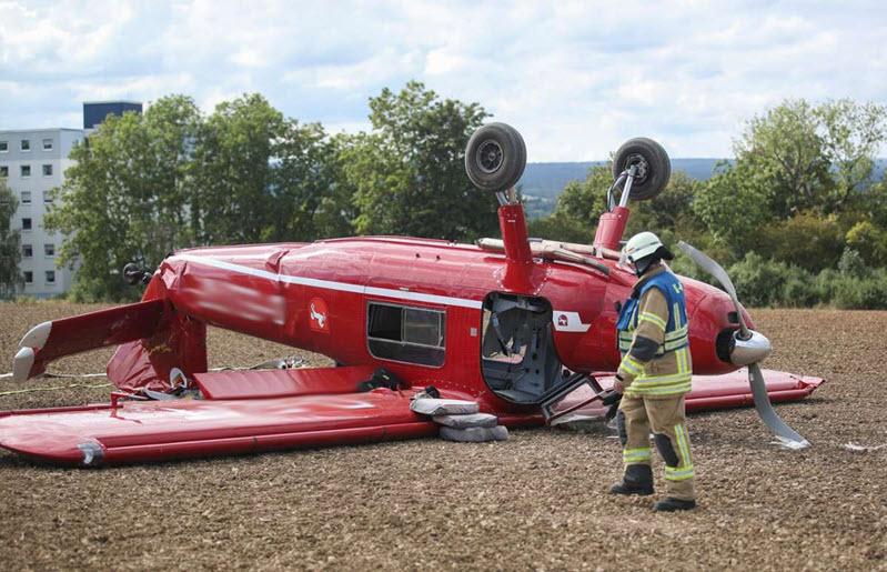 Flugzeug stürzt in Acker