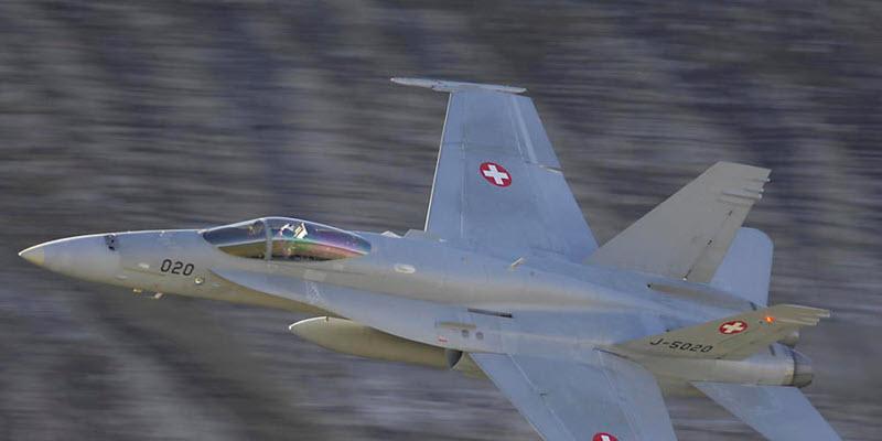 F/A-18 und Helikopter gefährlich nahe
