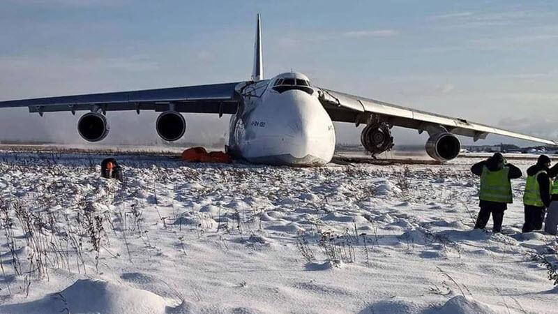 Antonow An-124 schießt über die Landebahn