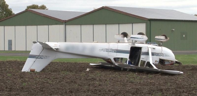Cessna überschlägt sich auf Feld