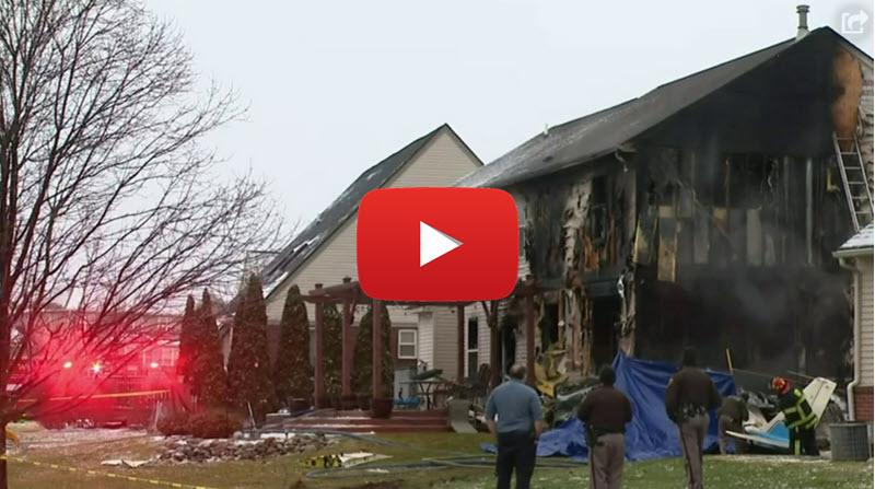 Flugzeug stürzt in Michigan in ein Haus