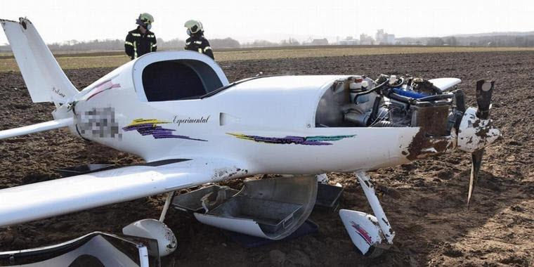 Kleinflugzeug überschlägt sich