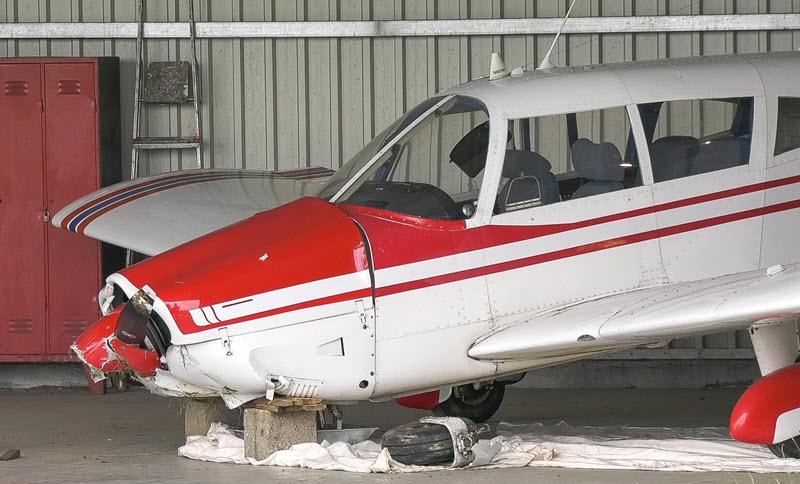 Flugzeug setzt mit Propeller auf