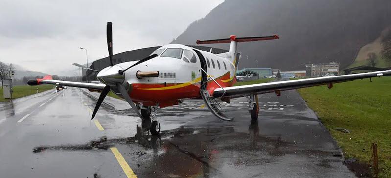 Auto kollidiert mit Pilatus-Flugzeug