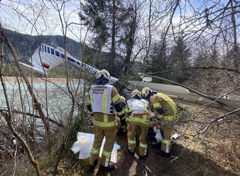 Höfen: Motorflieger abgestürzt, Insassen leicht verletzt