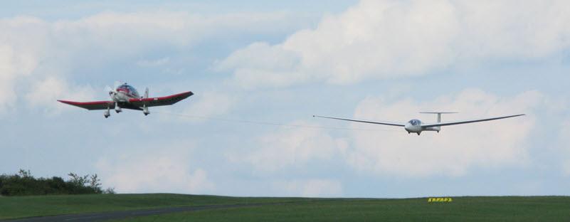 Flugzeugschlepp kollidiert mit Modellflieger